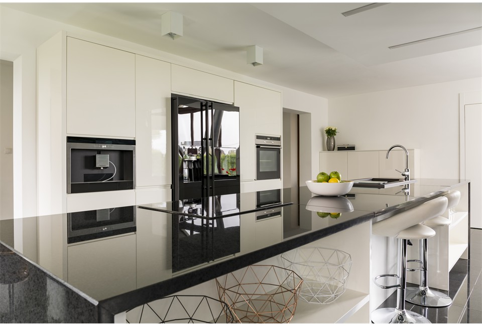 kitchen-island-in-luxurious-interior-P36TP5U(1)